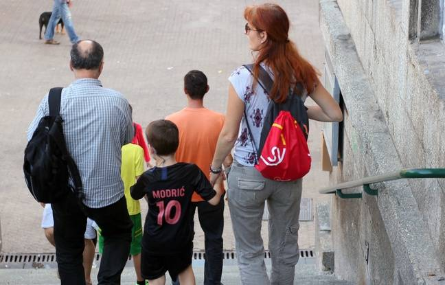 Un garçon porte le maillot du Croate Luka Modric, dans les rues de Zagreb, le 14 juillet 2018.