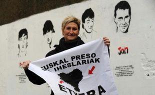 """Mirentxu Guimon, soeur d'une militante de l'ETA détenue en France, porte une banderole avec les mots """"Prisonniers basques, à la maison"""", le 5 janvier 2016"""