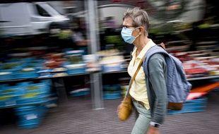 Une personne portant un masque dans la rue (Illustration).