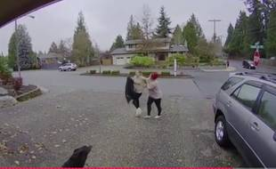 Kate Anderson, une nounou qui a immobilisé une voleuse jusqu'à l'arrivée de la police, est devenue une star locale aux Etats-Unis.