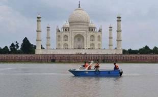 Le Taj Mahal, au bord de la rivière Yamuna, à Agra, dans le nord de l'Inde.Photo prise le 21 août 2011.