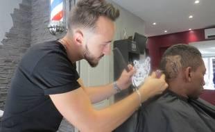 David Howard en plein travail de Hair Tattoo