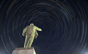 La Station spatiale internationale photographiée depuis le sol au Kazakhstan, au-dessus d'une statue de Lénine.
