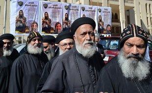 L'évêque Tawadros, 60 ans, a été choisi dimanche comme nouveau patriarche de l'Eglise copte orthodoxe d'Egypte par un jeune garçon aux yeux bandés qui a tiré son nom au sort dans un calice de verre au cours d'une cérémonie religieuse.