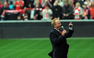 Gerry Marsden chante You'll Newer Walk Alone en 2009, au stade Anfield de Liverpool (Angleterre) pour commémorer les vingt ans de la catastrophe d'Hillsborough.
