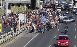 Des migrants quittent à pied Budapest pour rejoindre l'Autriche vendredi 4 septembre 2015.
