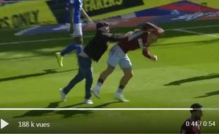 Le Villan Jack Grealish agressé en plain match par un fan de Birmingham.
