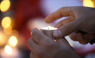 Un homme allume une bougie en hommage aux victimes de l'attentat de Nice, le 15 juillet 2016.