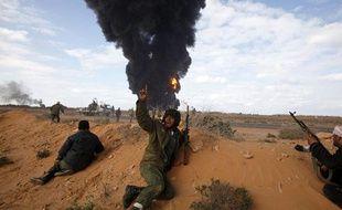 Des rebelles libyens lors d'affrontements avec les forces pro-Kadhafi près de Ras Lanouf et Bin  Jawad, le 9 mars 2011.