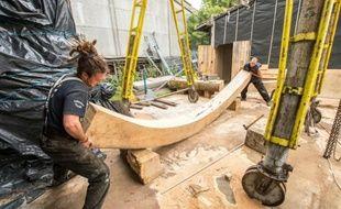 Des employés sur le chantier de la réplique d'un navire du 17e siècle à Gravelines, dans le nord de la France, le 28 juillet 2015