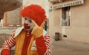 Le rappeur R.Can, déguisé en Ronald, dans son dernier clip.