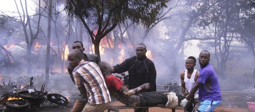Un blessé évacué après l'explosion d'un camion citerne en Tanzanie le 10 août 2019