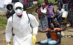 Une femme apprend la mort de son mari du virus Ebola la 4 octobre 2014 à Monrovia