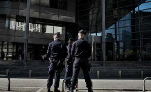Des policiers se tiennent devant le palais de justice de Grenoble, le 2 novembre 2015