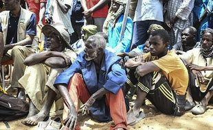 Des habitants écoutent le président malien Ibrahim Boubacar Keïta à Ogossagou, où 160 villageois peuls ont été tués, le 25 mars 2019.