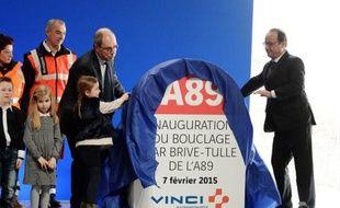 Le président François Hollande (d) et le président des concessions autoroutières de Vinci, Pierre Coppey, inaugurent une portion d'autoroute entre Brive et Tulle, en Corrèze, le 7 février 2015