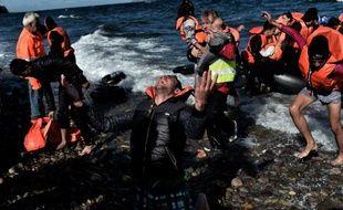 Des migrants arrivent sur l'île grecque de Lesbos le 28 octobre 2015. 4 bateaux ont chaviré, faisant plusieurs morts dans la journée