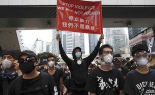 Après une manifestation monstre dimanche,  quelques manifestants bloquaient toujours une autoroute urbaine à Hong-Kong lundi matin. Ils ont quitté les lieux.