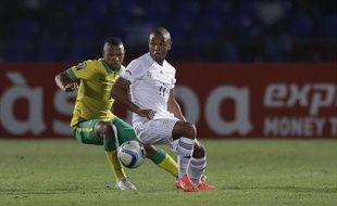 L'algérien Yacine Brahimi (dr.), devant le sud-africain Andile Jali, lors du match pour la CAN du 19 janvier 2015.