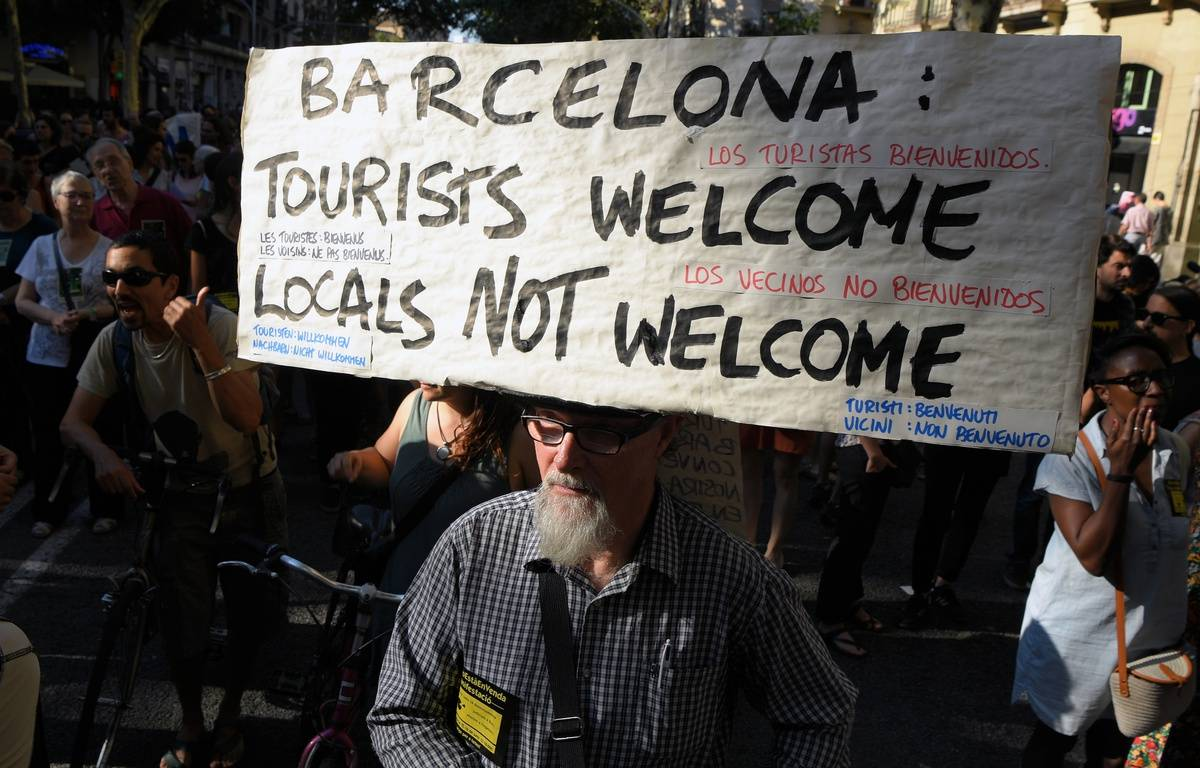 Des manifestations contre la gestion du tourisme de masse à Barcelone se sont tenues en juin 2017 dans la ville catalane. – LLUIS GENE / AFP
