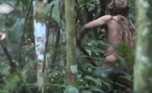 Le dernier membre d'une tribu amazonienne a été filmé en train de couper du bois.