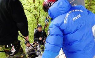 Les CRS forment des membres du Raid aux techniques d'interpellation en hauteur le19 mai 2015 en Haute-Savoie