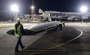 L'avion solaire Solar Impulse 2 est chargé dans un avion-cargo qui l'emmènera à Abou Dhabi, le 5 janvier 2015 à Payerne en Suisse