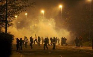 """La police a distribué mardi à Villiers-le-Bel (Val-d'Oise) des tracts appelant d'éventuels témoins de """"coups de feu tirés contre des policiers"""" lors des violences qui ont éclaté dans la ville, à témoigner anonymement et contre une rémunération à hauteur de """"plusieurs milliers d'euros"""", a-t-on appris de source policière."""