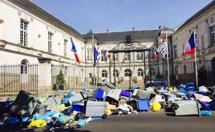 Les poubelles déversées devant la mairie.