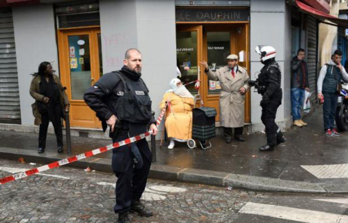 La police dans le quartier de la Goutte d'Or, près du boulevard Barbès à Paris, le 7 janvier 2016 après l'attaque d'un commissariat par un homme armé d'un couteau – LIONEL BONAVENTURE AFP