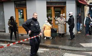 La police dans le quartier de la Goutte d'Or, près du boulevard Barbès à Paris, le 7 janvier 2016 après l'attaque d'un commissariat par un homme armé d'un couteau
