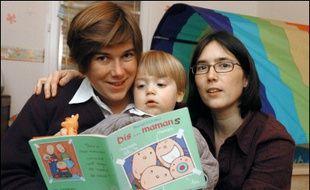 """La Cour de cassation a autorisé vendredi la délégation par les parents homosexuels de tout ou partie de l'autorité parentale à leur partenaire, à condition notamment de respecter """"l'intérêt supérieur de l'enfant"""", une décision saluée par les associations homosexuelles."""