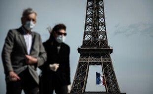 Des passants portent un masque à Paris.