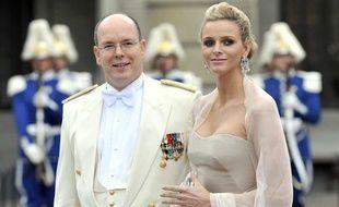 Le Prince Albert II de Monaco et sa fiancée, Charlene Wittstock, lors du mariage de la Princesse Victoria de Suède et Daniel Westling, à la cathédrale de Stockholm, le 19 juin 2010.