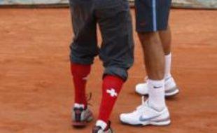 Un homme s'introduit sur le central de Roland-Garros et tente de coiffer Federer aux couleurs bâloises, le 7 juin 2009...