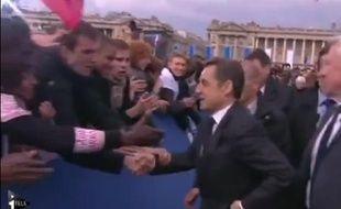 Capture d'écran d'une vidéo d'I>Télé, montrant Nicolas Sarkozy cacher sa montre, le 15 avril 2012.