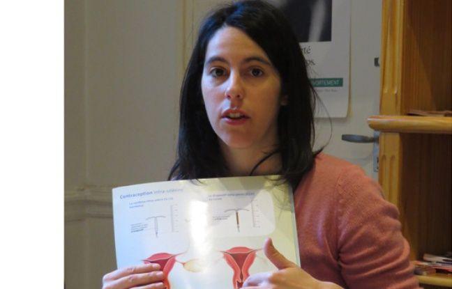 Un groupe de parole au Planning familial. Marina, la sage-femme donne des informations sur la contraception.