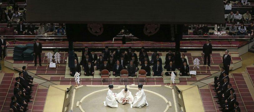 Cérémonie de consécration du dohyo (ring du sumo), à Tokyo le 11 mai 2018.