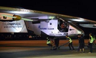 L'équipe technique de Solar Impulse 2 autour de l'avion le 24 juin 2015 à l'aéroport de Nagoya au Japon