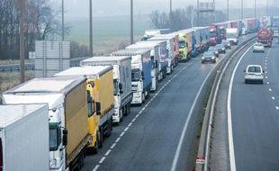 Embouteillages de poids-lourds sur l'A16 en direction de Calais le 22 janvier 2015