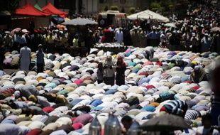 Des dizaines de milliers d'islamistes égyptiens ont manifesté vendredi pour soutenir le président Mohamed Morsi, dans un climat tendu avec l'opposition qui appelle de son côté à une mobilisation massive à la fin du mois pour réclamer le départ du chef de l'Etat.