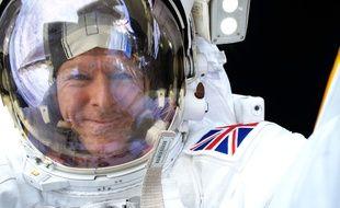 Un selfie de l'astronaute anglais Tim Peake lors de sa première sortie dans l'espace.