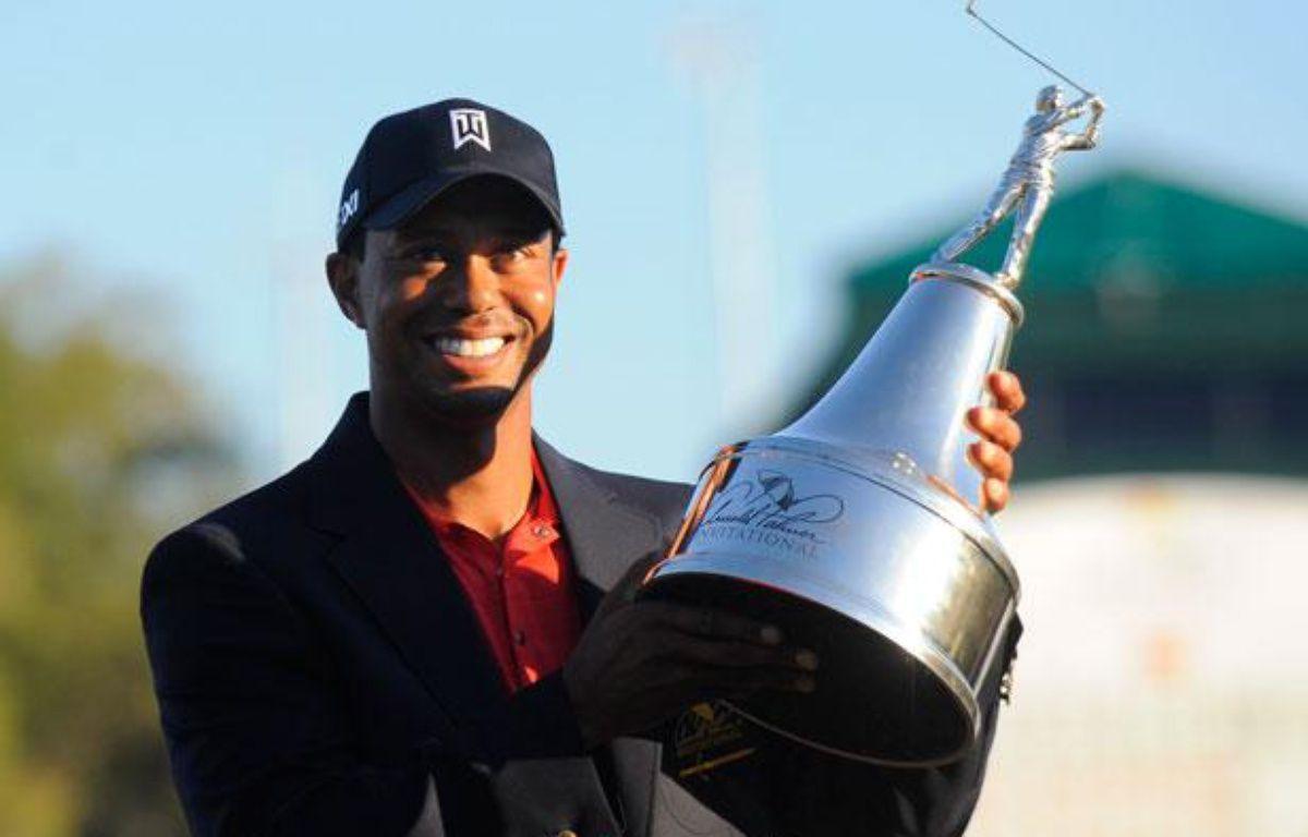 Tiger Woods tient son trophée gagné sur le PGA Tour à Orlando le 25 mars 2012. – Reuters Photographer / Reuters