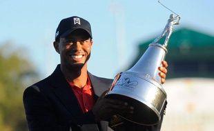 Tiger Woods tient son trophée gagné sur le PGA Tour à Orlando le 25 mars 2012.