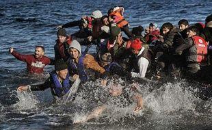 Des migrants venus de Turquie arrivent sur l'île grecque de Lesbos le 2 novembre 2015