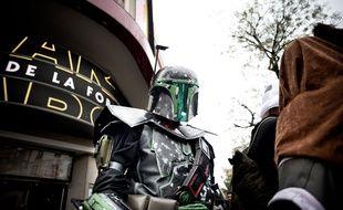 Un spectateur déguisé en Boba Fett avant la première de Star Wars au Grand Rex, le 16 décembre 2015