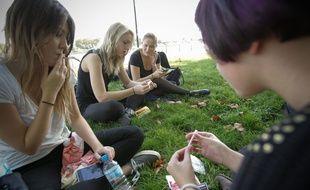 Illustration d'adolescentes qui fument des cigarettes roulées.