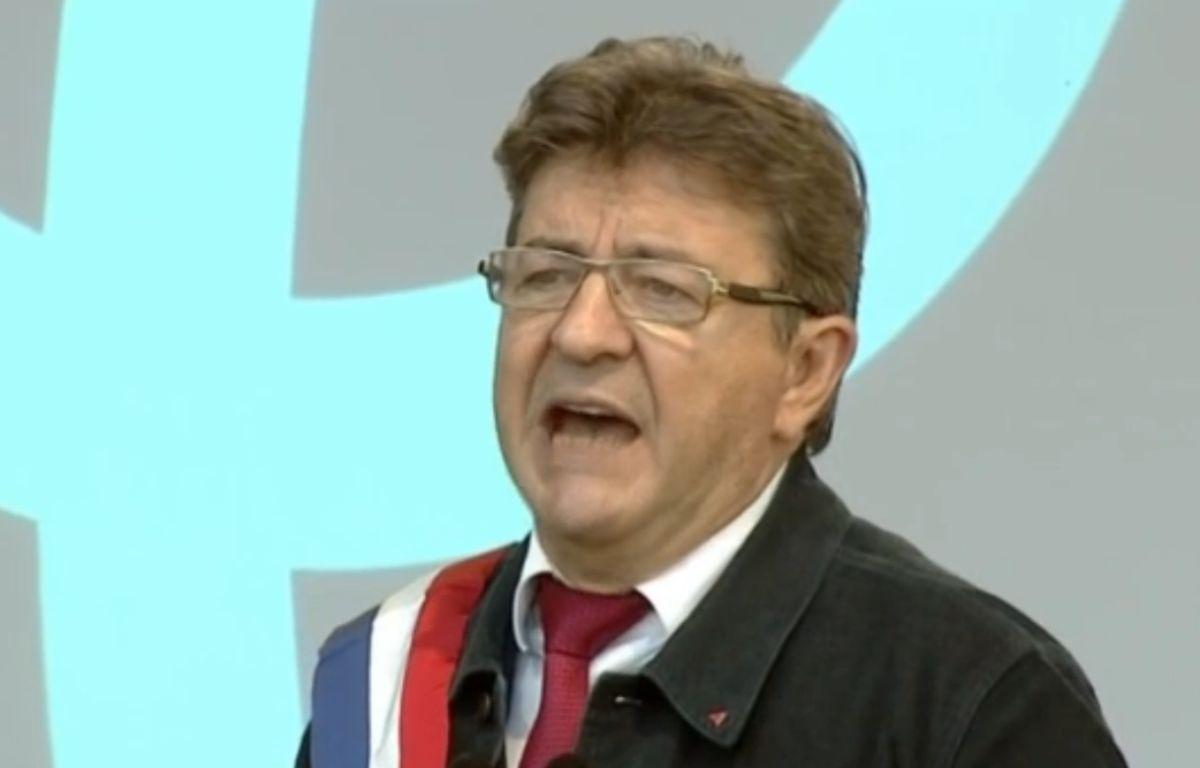 Jean-Luc Mélenchon prononce un discours place de la République à Paris, le samedi 23 septembre, après un défilé contre la réforme du Code du travail, et plus largement contre le «coup d'Etat social» du gouvernement. – Capture d'écran BFM TV