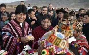 Le président bolivien, Evo Morales (g), et son ministre des Affaires étrangères David Choquehuanca (c), dans les ruines de Tiwanaku, à 70 km de La Paz, le 21 octobre 2015