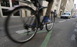 Illustration d'un cycliste sur une piste cyclabe en contre sens dans les rues de Nantes.